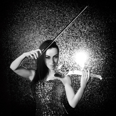 Cristina Kiseleff Electric Violinist playing violin the rain. Photo by Florin Vitzman