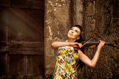 Cristina Kiseleff violin girl playing in an old italian city. Photo by Florin Vitzman