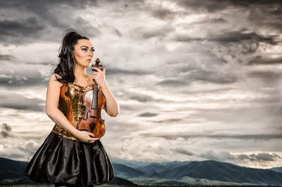 Cristina Kiseleff Vioara Clasica. Beautiful Girl with a violin on a montain top. Photo by Florin Vitzman